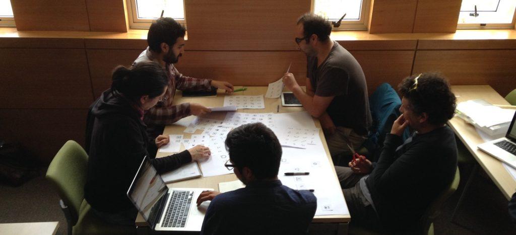 diseñadores usando partituras de interacción